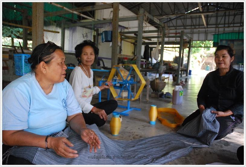 กลุ่มทอผ้าไทย ในโครงการส่งเสริมศิลปาชีพบ้านยางน้อย