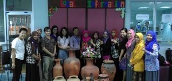 นักศึกษาอินโดนีเชีย เยี่ยมชมงานข้อมูลท้องถิ่นและห้องสมุด